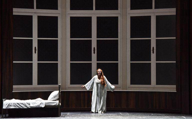 Staatsoper Unter den Linden: Frau mit Schlagschatten