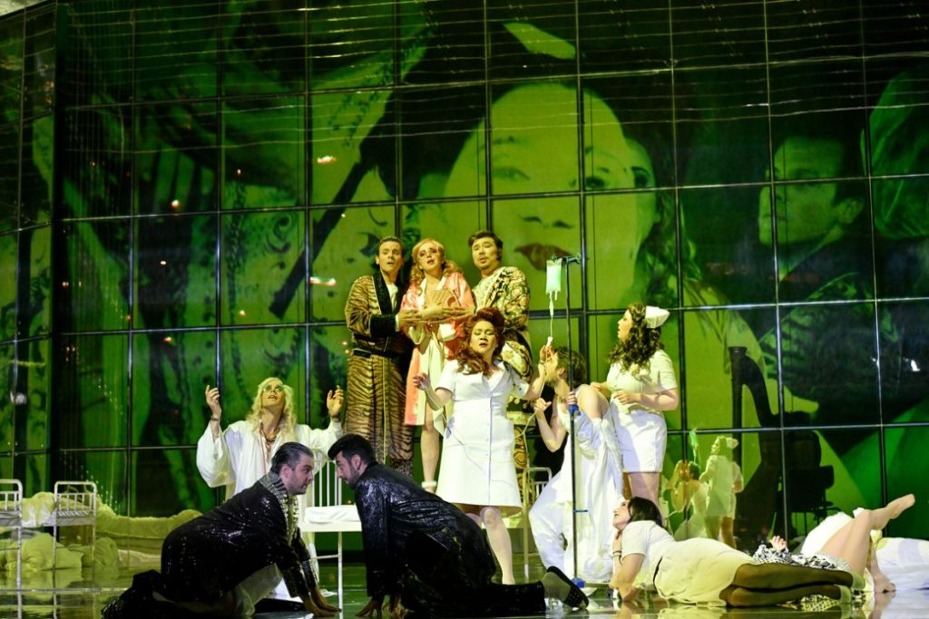 Deutsche Oper Berlin: ES FEHLEN KUTSCHEN, PFERDE – UND EIN REGISSEUR