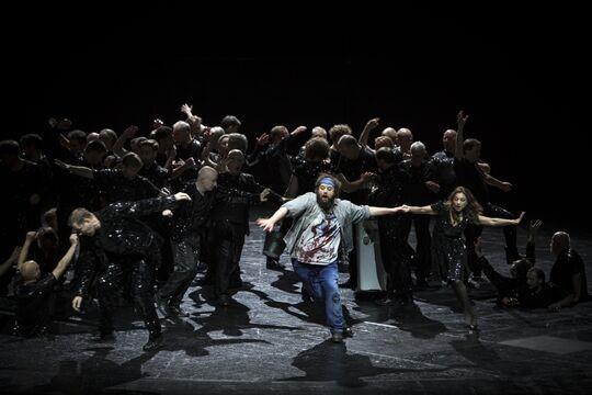 """Bedrohlich und düster: Kosky inszeniert Brecht/Weills """"Mahagonny"""" an der Komischen Oper Berlin"""
